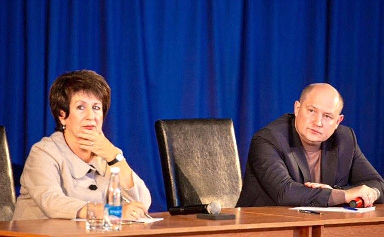 Встреча Екатерины Алтабаевой ивременно исполняющего обязанности губернатора Севастополя Михаила Развожаева сжителями Гагаринского района
