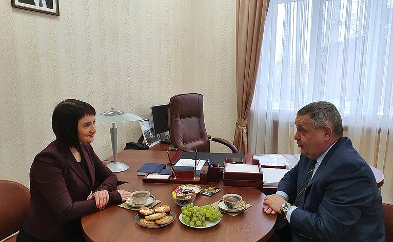 Встреча сенатора Александра Ракитина сминистром имущественных иземельных отношений Республики Карелия Яниной Свидской