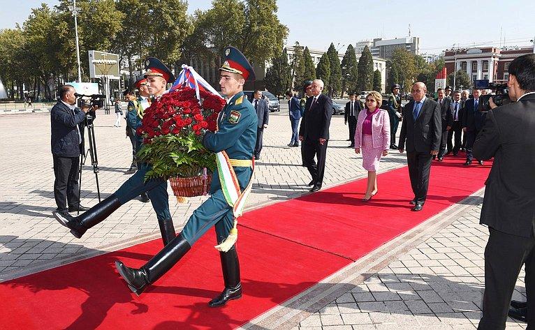 Церемония возложения корзины цветов кпамятнику Исмоилу Сомони