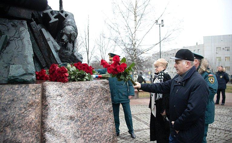 Церемония возложения цветов ккомплексу памятников «Пожарным иСпасателям», посвященная Дню спасателя