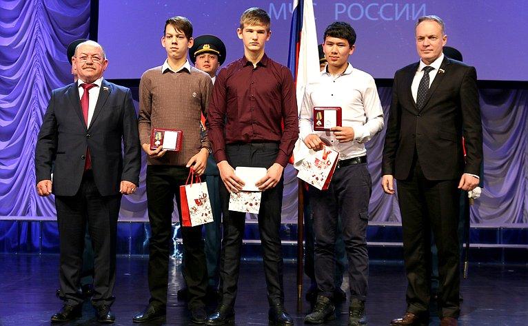 Г. Орденов иА. Башкин вручили грамоты имедали юным астраханцам, совершившим героические имужественные поступки