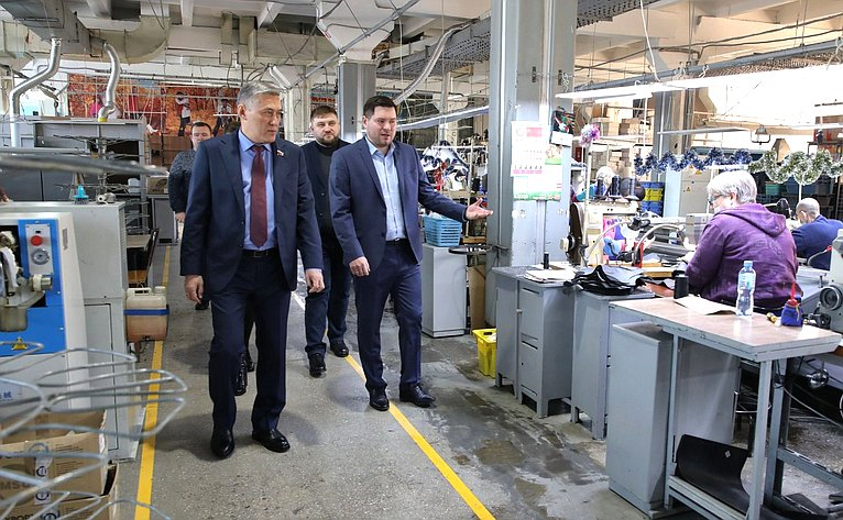 Юрий Валяев посетил Биробиджанскую обувную фабрику