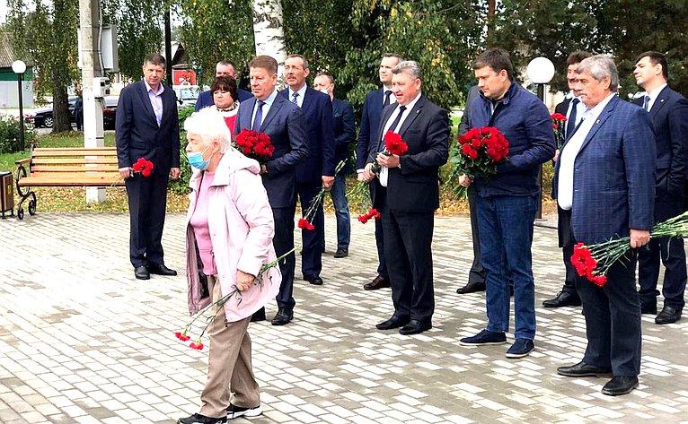 Николай Журавлев возложил цветы кпамятнику маршала авиации Александра Новикова, установленного водноименном сквере города Нерехты