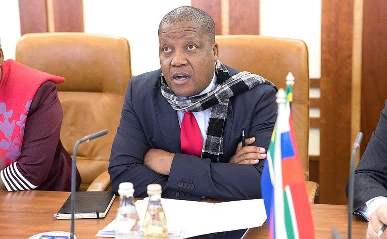 Председатель комитетов Национального совета провинций Парламента Южно-Африканской Республики поконтролю имежправительственным отношениям Джомо Арчиболд Нъямби