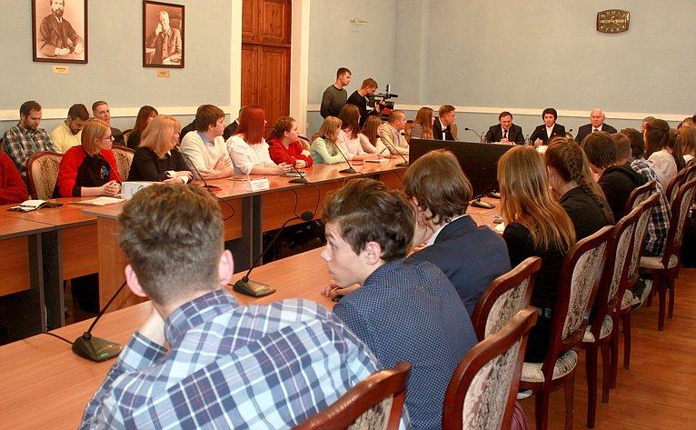 Николай Тихомиров провел заседание Молодежного дискуссионного клуба города Череповца