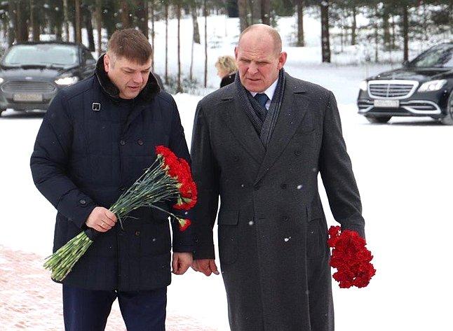 Дмитрий Василенко иАлександр Карелин возложили цветы кпамятнику «Рубежный камень»
