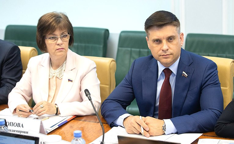 Елена Попова иЮрий Архаров