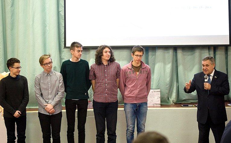 Александр Ракитин поздравил ребят спобедой, вручил командам призы