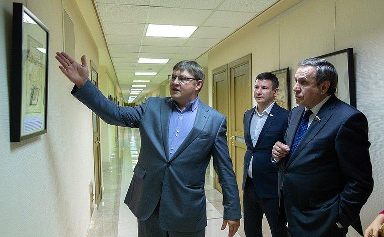 ВСовете Федерации открылась выставка политических карикатур художника-графика Г. Ликмана