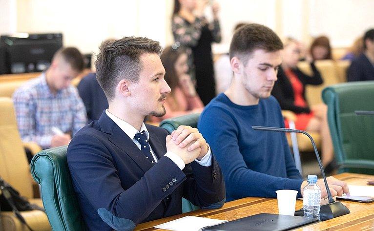 Встреча сенаторов счленами Палаты молодых законодателей