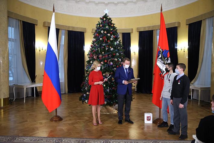 Инна Святенко иВладимир Кожин приняли участие вцеремонии награждения юных москвичей, которые совершили геройские поступки испасли человеческие жизни