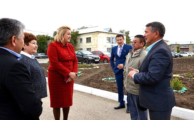 Лилия Гумерова входе поездки вХайбуллинский район посетила школу №2 села Акъяр, ознакомилась сдеятельностью социального приюта для детей иподростков