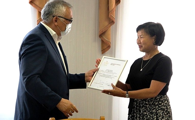 Баир Жамсуев вручил вАгинском округе свидетельства опервых региональных брендах