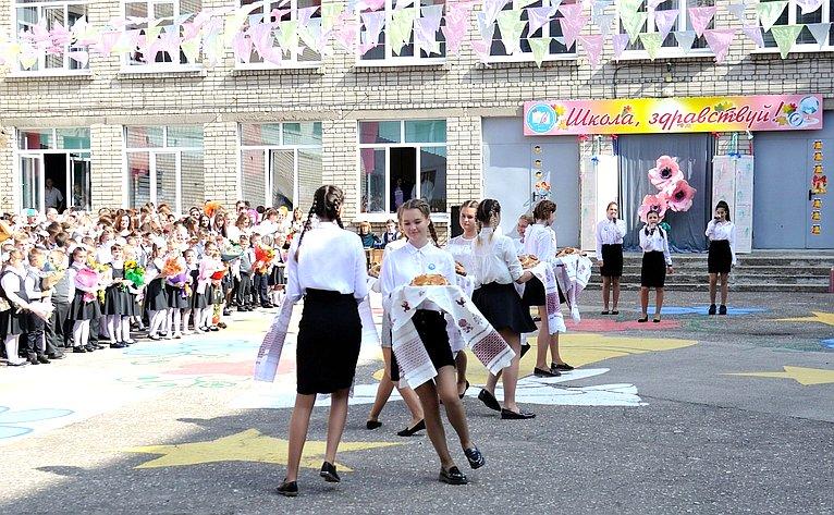 Игорь Морозов стал почетным гостем налинейке вчесть начала учебного года вшколе №16 г. Рязани