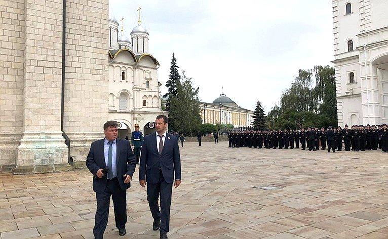 Торжественная церемония приведения новобранцев кприсяге прошла наСоборной площади Московского Кремля
