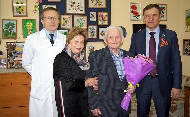 Виктор Новожилов посетил ветеранов ипоздравил их снаступающим праздником
