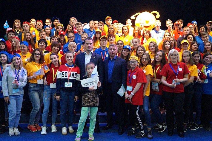 Эдуард Исаков приветствовал молодых людей напервом Слёте волонтеров Югры всфере адаптивного спорта