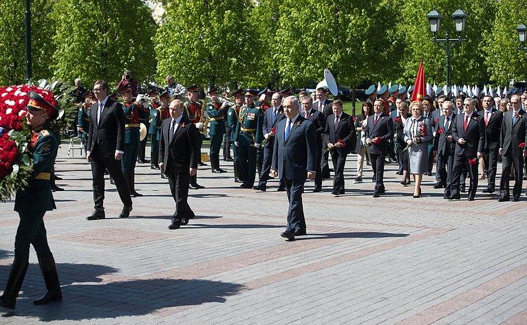 Руководители государства воглаве сПрезидентом РФ Владимиром Путиным приняли участие вцеремонии возложения венка кМогиле Неизвестного Солдата вАлександровском саду