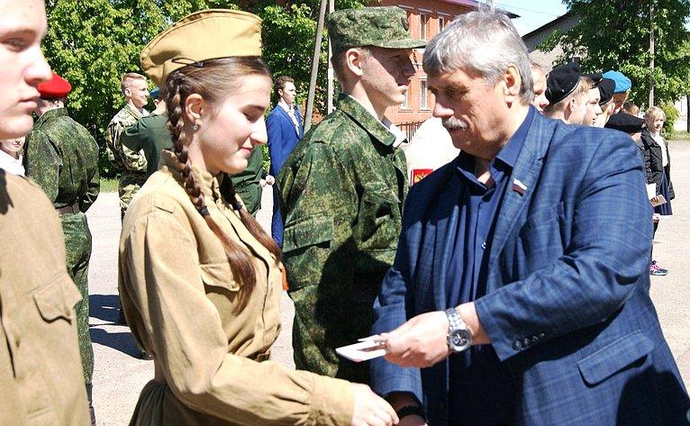 Михаил Козлов принял участие вторжественной церемонии вступления школьников вотряд юнармейцев