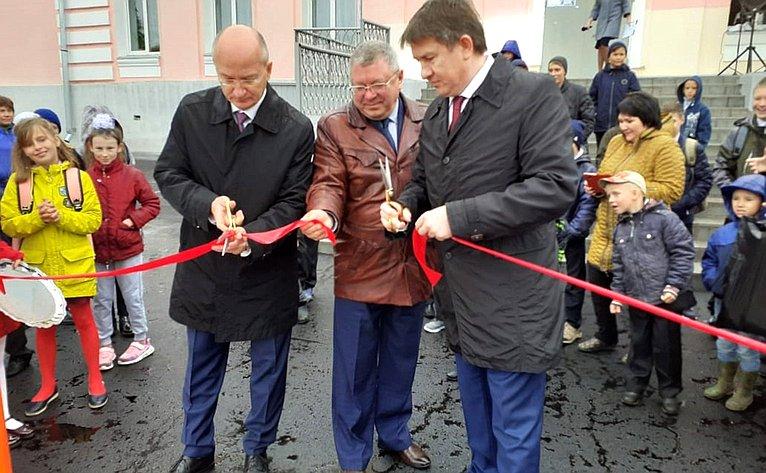 Олег Цепкин открыл спортивную идетскую площадки впоселке Рудничном Саткинского района Челябинской области