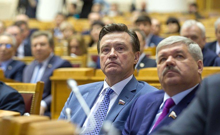 Председатель Комитета СФ побюджету ифинансовым рынкам Сергей Рябухин иПредседатель Комитета СФ поэкономической политике Юрий Неёлов