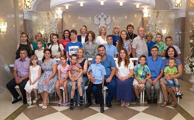 Воронежские многодетные семьи получили поздравления иподарки отсенатора