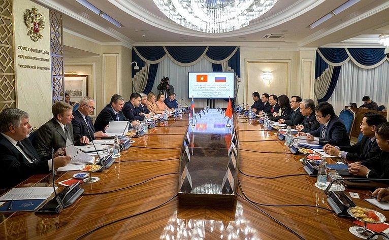Встреча Е. Бушмина счленом Политбюро, постоянным секретарем, председателем Комиссии партийного контроля Центрального комитета Коммунистической партии Вьетнама Чан Куок Выонгом