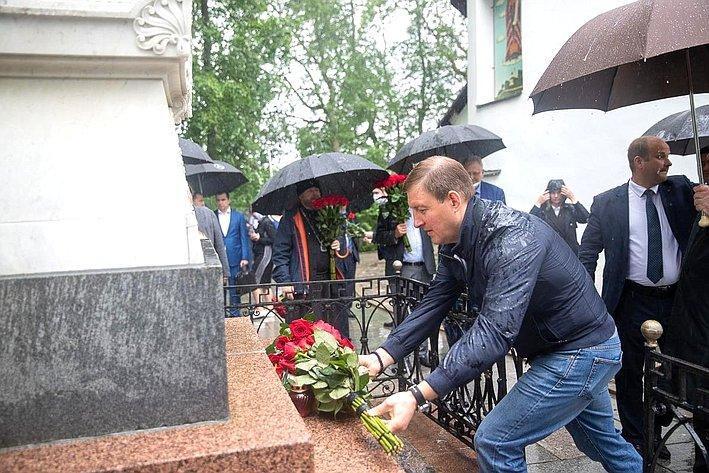 Андрей Турчак посетил некрополь Пушкиных-Ганнибалов ивозложил цветы кмогиле Пушкина