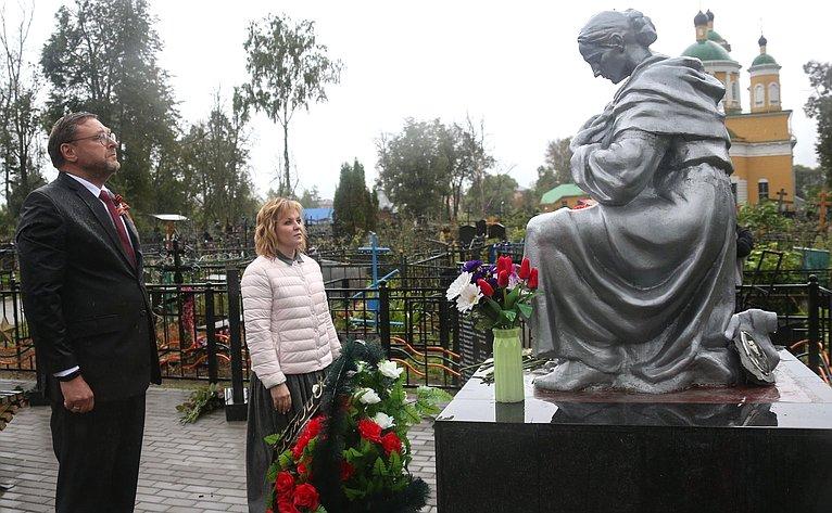 Константин Косачев иВалерий Рязанский приняли участие воткрытии двух отремонтированных иреконструированных воинских мемориалов, расположенных натерритории Спас-Заулковского муниципального кладбища