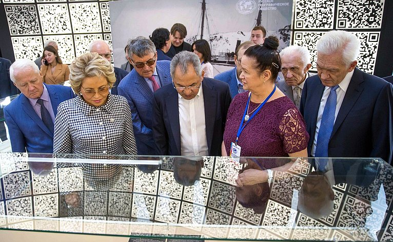 Валентина Матвиенко иСергей Шойгу осмотрели объекты, представленные навыставке «Жилища народов России»