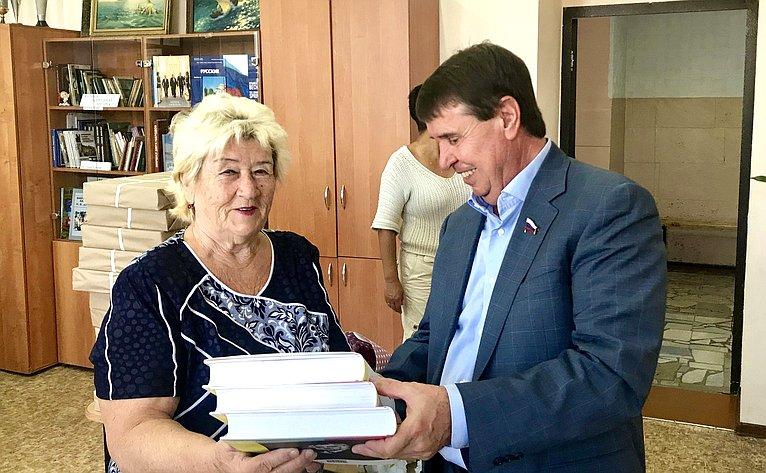 Сергей Цеков подарил школе, вкоторой прошли его школьные годы, несколько томов энциклопедического словаря русского языка
