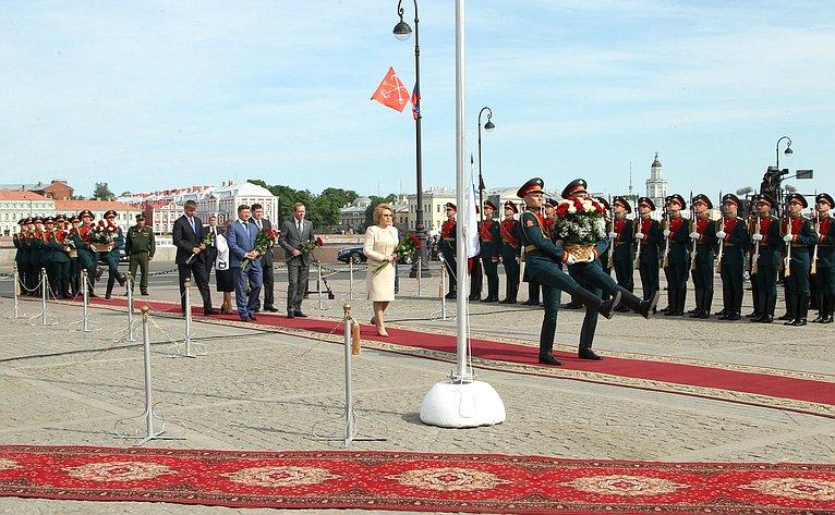 В. Матвиенко возложила цветы кпамятнику основателю города— Петру I наСенатской площади