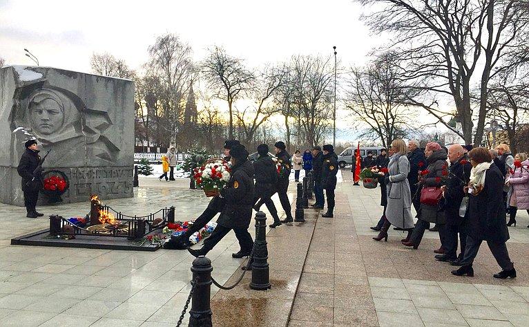 Торжественная церемония возложения цветов ивенков кпамятнику-монументу «Вечный огонь» вчесть боевой итрудовой славы ярославцев вгоды Великой Отечественной войны 1941—1945годов