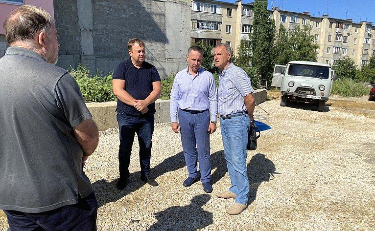 Олег Алексеев настройплощадке встретился спредставителями инициативной группы дольщиков иобластного министерства строительства ижилищного хозяйства