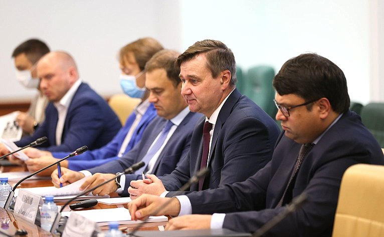 Парламентские слушания натему «Законодательное обеспечение совершенствования информационной инфраструктуры ицифровых технологий как условие опережающего социально-экономического развития страны»