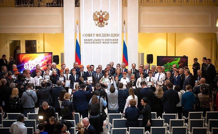 Торжественная церемония награждения детей иподростков, проявивших мужество вэкстремальных ситуациях испасших человеческие жизни, 2018