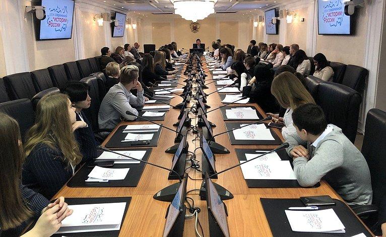 Виктор Смирнов обсудил спедагогами иучащимися общеобразовательных школ вопросы изучения истории России