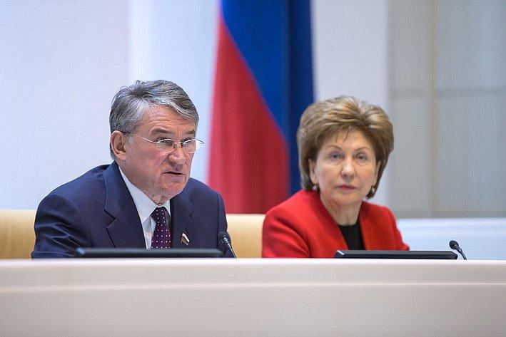 Ю. Воробьев иГ. Карелова на385-м заседании Совета Федерации
