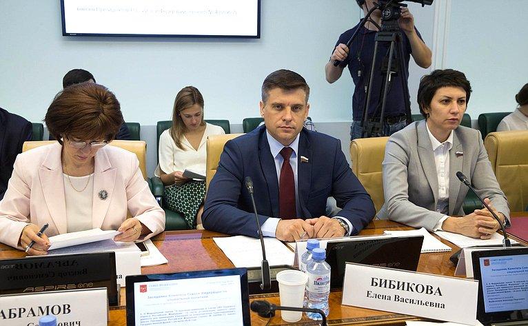 Е. Попова, Ю. Архаров иТ. Лебедева