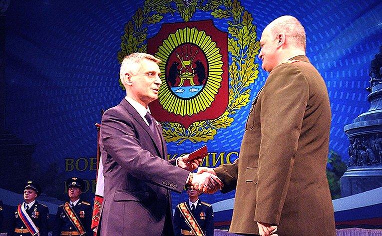 С. Фабричный вручил памятные медали военным комиссарам