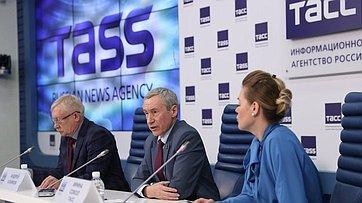 А. Климов иО. Морозов выступили напресс-конференции, посвященной презентации ежегодного доклада Временной комиссии СФ позащите государственного суверенитета ипредотвращению вмешательства вовнутренние дела России