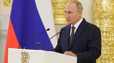 Выступление Президента РФ Владимира Путина навстрече ссенаторами Российской Федерации