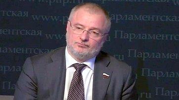 Андрей Клишас принял участие впресс-конференции «33 вопроса политику» впресс-центре «Парламентской газеты»