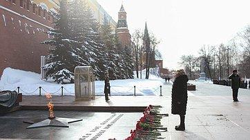 Валентина Матвиенко приняла участие вцеремонии возложения цветов кМогиле Неизвестного Солдата