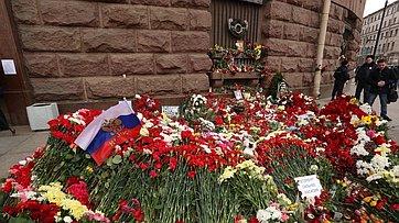 В. Матвиенко возложила цветы впамять жертв теракта, произошедшего 3апреля вСанкт-Петербурге