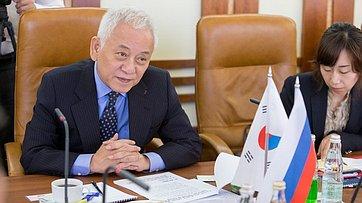 Сенаторы И. Зуга и В. Полетаев провели встречу с Ким Хан Гилем