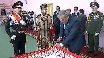 В. Штыров вручил Знамя кадетам школы-интерната в п.Чернышевском
