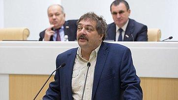 На422-м заседании СФ входе «Времени эксперта» выступил писатель Дмитрий Быков