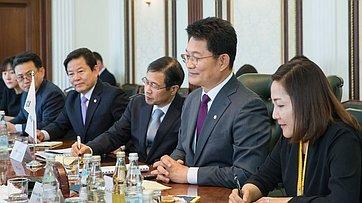 Встреча И.Умаханова соспецпосланником Президента Республики Корея, депутатом Национального собрания С.Ё.Гилем
