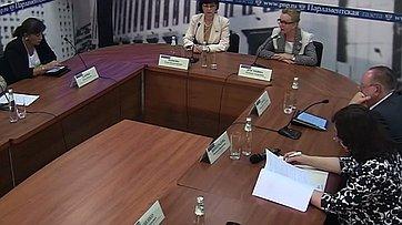 Людмила Косткина и Елена Попова в «круглом стола» «Заработают ли НКО на предоставлении социальных услуг?» в пресс-центре «Парламентской газеты»